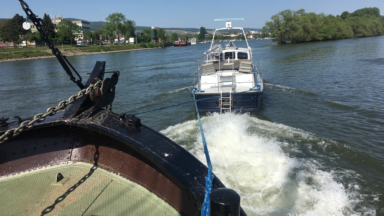 Der Inselrhein_Eugenie geschleppt vom Polizeiboot